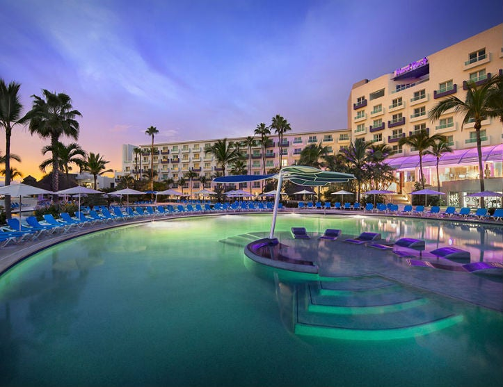 hard_rock_hotel_vallarta_nightpool 725x557